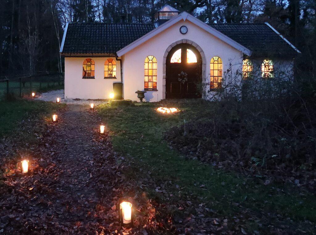 huis met verlicht pad