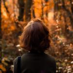 vrouw in herfstig bos